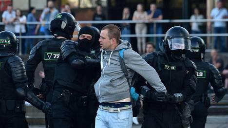 Turvallisuusjoukot komennettiin Valko-Venäjän kaduille sunnuntaisten vaalien jälkeen. Kuva maanantai-illalta.