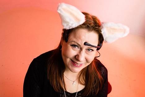 Tulevaisuustutkija Elina Hiltusella on päässään kissankorvat, jotka mittaavat Hiltusen aivosähkökäyrää sekä sykettä. Korvat liikkuvat Hiltusen tunnetilojen mukaan.