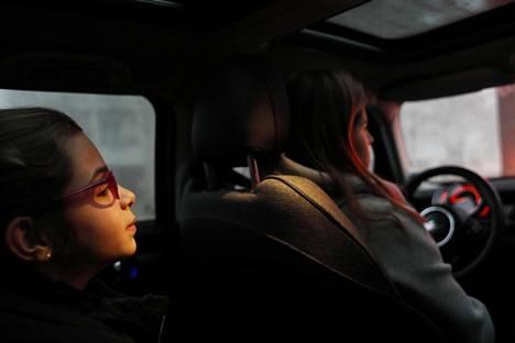 Aamuiset automatkat ovat perheen yhteistä aikaa yksitoistavuotiaalle Madalena Camilo Alvesille ja hänen äidilleen Francisca Villasille. Veli Pedro Aragão Teixeira, 17, istuu oikealla etupenkillä ja hänet viedään samalla kyydillä kouluun.