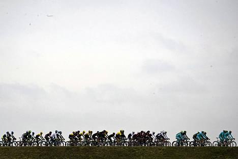 Pyöräilijäjoukko kilpailee Pariisi–Nizza-ajon ensimmäisessä vaiheessa maanantaina. Kuva on Saint-Remy-les-Chevreuse'n ja Contres'n väliseltä etapilta.