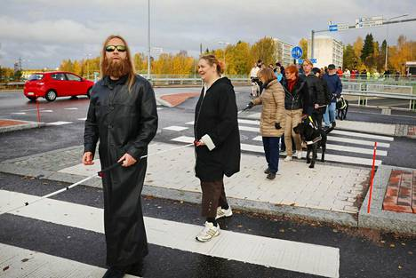 Joni Takkunen ja Heidi Ikäheimonen osallistuivat mielenosoitukseen. Keppiletka ylitti Gotlanninkadun risteyksen mielenosoituksessa.