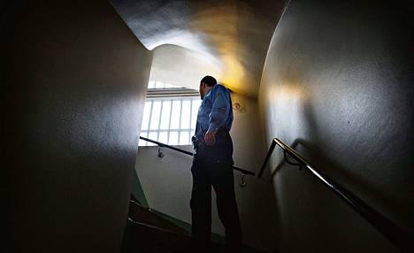 Osa vankiloiden työntekijöistä kokee, että keskusviraston vangeille luovuttamat tiedot uhkaavat heidän turvallisuuttaan. Kuva on otettu perjantaina Helsingin vankilassa.