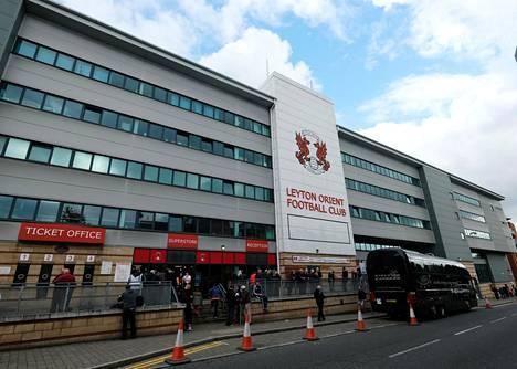 Leyton Orientin kotistadion Brisbane Road pysyy toistaiseksi suljettuna. Seura kuitenkin löysi jalkapallo-otteluiden pelaamiseen vaihtoehtoisen korvikkeen.