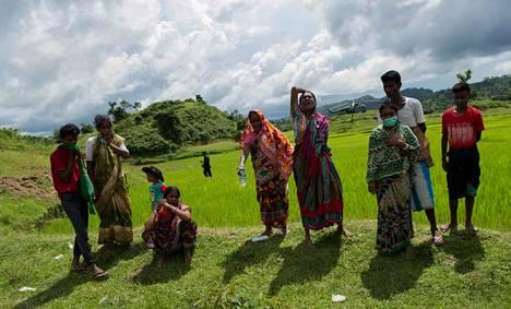 Hindut surivat tapettuja omaisiaan Ye Baw Kyawin kylässä Myanmarissa viime syyskuussa.
