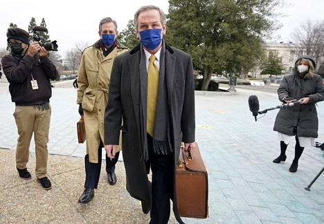 Donald Trumpin puolustusasianajajat Bruce Castor ja Michael van der Veen saapuivat Yhdysvaltain senaattiin Capitol-kukkulalla perjantaina 12. helmikuuta.