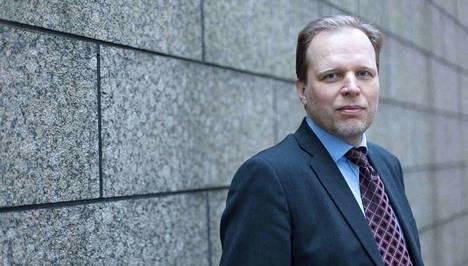 STM:n valmiusyksikön erityisasiantuntija Lasse Ilkka myöntää, ettei yksi lentokoneellinen suojavarusteita riitä Suomelle edes viikoksi.