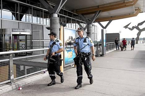 Aseistautuneet poliisit partioivat Oslon lentokentällä torstaina.
