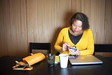 Vihreiden kaupunginvaltuutettu ja Sylin kansainvälisen asioiden asiantuntija Fatim Diarra on kiireinen. Hänen elämänsä olisi yhtä kaaosta ilman työkalenterin, henkilökohtaisen kalenterin ja aviomiehen kalenterin synkronoimista.