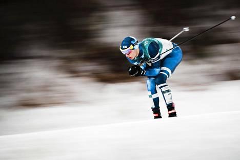 Eero Hirvonen joutui hiihto-osuudella hiihtämään lähes koko matkan ilman vetoapua.