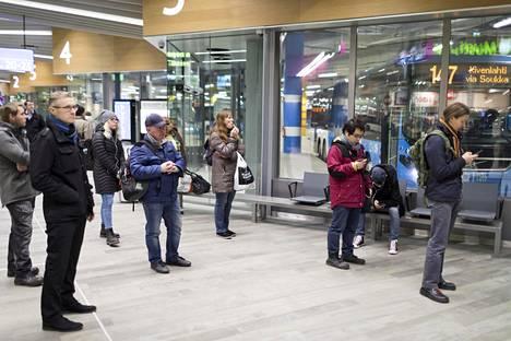 Ihmiset odottelivat liityntälikkenteen busseja Matinkylän metroasemalla keskiviikkoiltana.