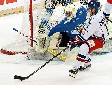 Roman Cervenka yritti ujuttaa kiekon MIkko Koskisen vartioimaan maaliin etukulmasta.