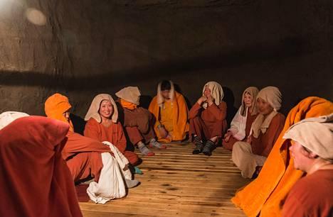 Korealaisnaiset saunoivat saviseinäisessä kammiossa Soulissa. Puulla lämmitetty sauna on tulikuuma; lämpöä voi olla yli parisataa astetta.