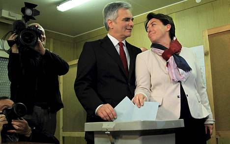 Itävallan liittokansleri Werner Faymann äänesti vaimonsa kanssa Wienissä sunnuntaina.