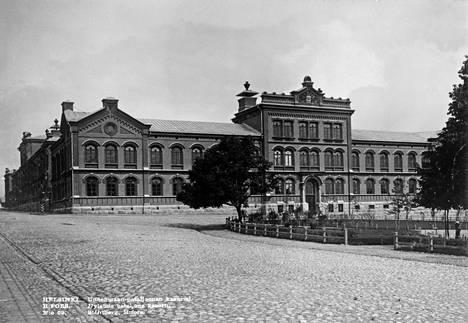 Uudenmaan pataljoonan kasarmi 1890-luvulla. Etuoikealla Elisabetintori eli nykyinen Liisanpuistikko.