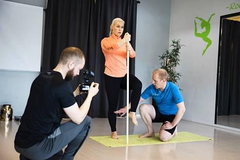 Riku Laine (vas.) kuvasi Mia ja Antti Marttisen harjoitusta, joka julkaistaan Kaikkiliikunta.fi -palvelussa ja Marttisen oman yrityksen sivuilla.
