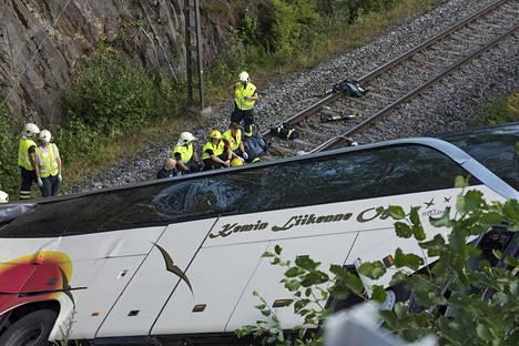 Tilausbussi suistui sillalta rautatielle Kuopiossa perjantaina. Onnettomuudessa kuoli 4 ihmistä.