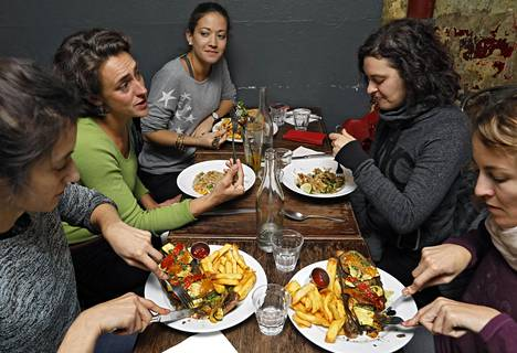 """Viiden ystävyksen ryhmä saapui nauttimaan vege-illallista kuntosalikäynnin jälkeen """"Brasserie 2 eme art"""" -ravintolaan Pariisissa. Ravintola ei mainosta ulospäin näkyvästi, että sen menu on kokonaan vegaaninen, jotta tulijat eivät säikähtäisi."""