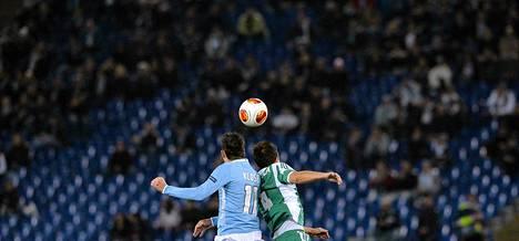 Lazion Miroslav Klose (vas) ja Ludogoretsin Tero Mäntylä taistelivat pallossa torstaina Eurooppa-liigassa.