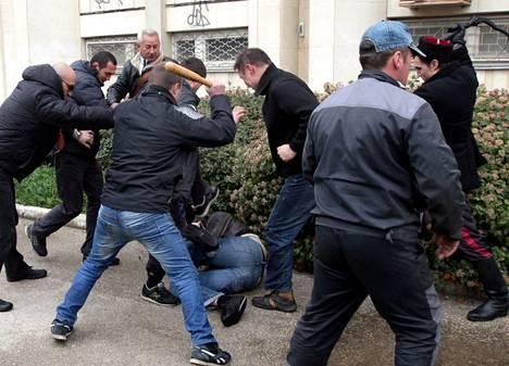 Venäjää tukevat aktivistit hakkasivat ukrainamielisiä sunnuntaina Sevastopolissa Krimin niemimaalla. Miehet käyttivät pahoinpitelyssä mailoja ja ruoskia.