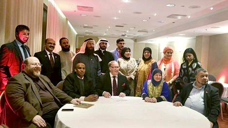 Suurmoskeijan säätiön perustamisasiakirjan allekirjoituksessa olivat Anas Hajjar (edessä vas.), Mohammed Hussein Omer, Ilari Rantakari, Pia Jardi ja Abdessalam Jardi. Hotelli Radisson Blussa oli myös joukko Bahrainin itsenäisyyspäivän viettäjiä.