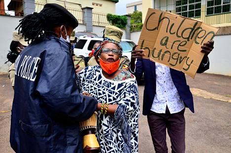 Ugandan Kampalassa osoitettiin mieltä hallituksen rajoituspolitiikkaa ja ruoka-apupolitiikkaa vastaan toukokuussa 2020.