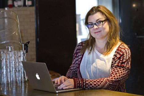 Anja Kadziolka perusti vuonna 2013 yrittäjä-äitien Mamaonbis-yhteisön, joka keskustelee sosiaalisessa mediassa ja kokoontuu kuukausittain lounaalle.