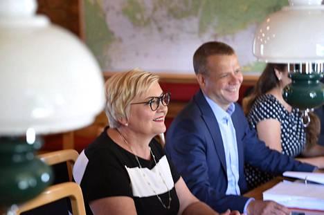 Valtiovarainministeri Petteri Orpo ja kunta- ja uudistusministeri Anu Vehviläinen valtiovarainministeriön sisäisissä budjettineuvotteluissa Espoon Moisniemessä.