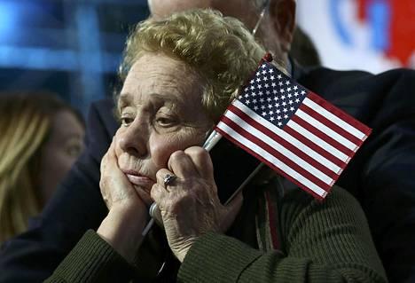 Pettynyt Clintonin tukija vaalivalvojaisissa New Yorkissa.