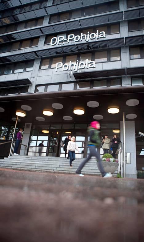 OP-Pohjolan toimitalosta Helsingin Vallillassa poistui sateisena keskiviikkona vähäpuheisia työntekijöitä.
