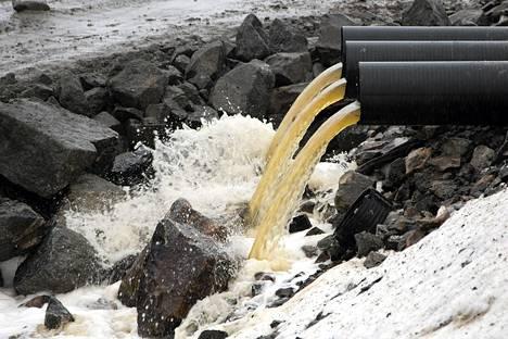 Kaivosyhtiö tyhjentää välivarastojen vedet uuteen varoaltaaseen Talvivaaran kaivoksella.