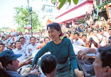 Aung San Suu Kyi tapasi marraskuussa 2010 tukijoitaan Yangonissa, Burmassa päästyään yli 15 vuotta kestäneestä kotiarestista.