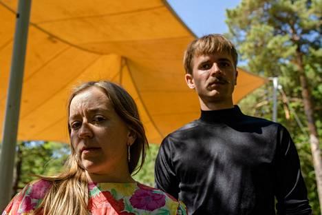 """Anni ja Hannes Mikkelsson kertovat kasvaneensa vanhaan teatterikulttuuriin, jossa taiteilija """"uhraa itsensä"""". Nuorelle sukupolvelle he haluavat erilaisen kokemuksen, jossa kaikkea ei tarvitse """"riipiä selkänahasta"""" ja ihmisistä huolehditaan."""