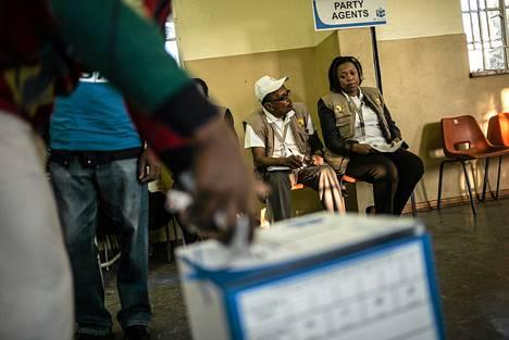 Ihmiset äänestivät keskiviikkona Johannesburgin Sowetossa.