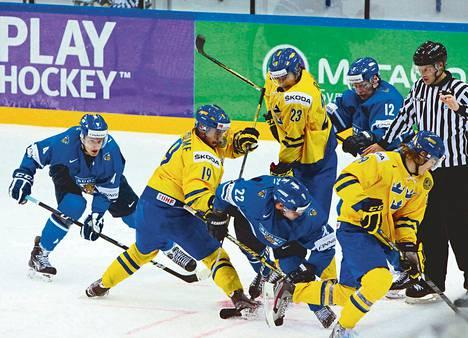 Kiekko vaikuttaa olevan kateissa Suomen Petteri Lindbohmilta, Miikka Salomäeltä (22) ja Ville Pokalta ruotsalaisten Elias Lindholmin, Victor Raskin ja Emil Molinin (29) keskellä.