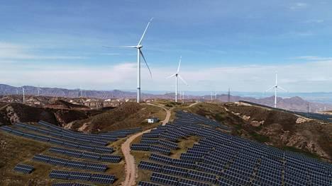Tuulivoimaa ja aurinkopaneeleita Zhangjiakoussa Hebein maakunnassa Kiinassa.