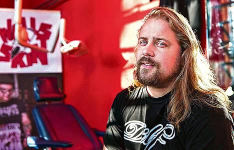 Hollantilainen tatuointiliikkeen omistaja Peter van der Helm on saanut jo noin 30 asiakasta lahjoittamaan palan nahkaansa.