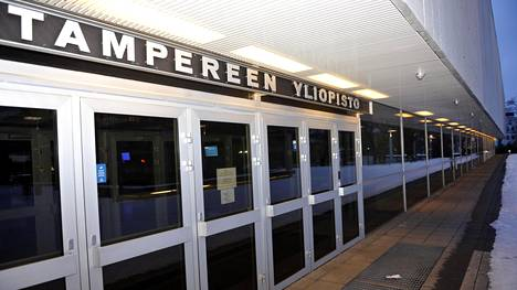 Tampereen yliopiston pääsisäänkäynti.
