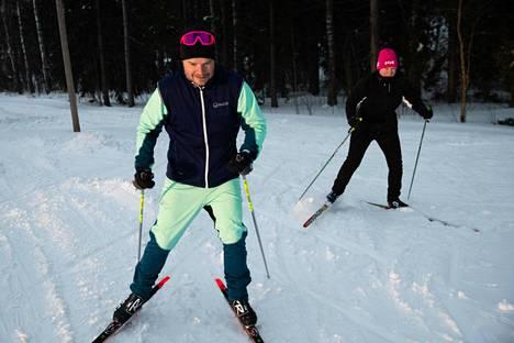Hanna Kaiponen ja Johannes Raivio hiihtivät Paloheinässä keskiviikkona. He ovat käyneet hiihtämässä jo monta kertaa tänä talvena. Viikonloppuna hiihdämme Laaksoon keskuspuistoa pitkin, Kaiponen ja Raivio kertoivat.