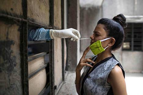 Naiselta otettiin koronavirusnäyte Delhissä Intiassa viime viikolla.