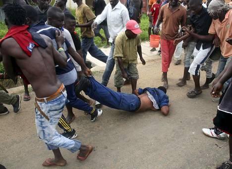 Väkijoukko raahasivat ja hakkasivat naispuolista poliisia, jonka he väittivät ampuneen mielenosoittajaa vatsaan Burundin pääkaupungissa Bujumburassa keskiviikkona. Lopulta joukkio vapautti poliisin.