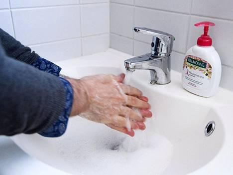 Muun muassa koronaviruksen myötä tehostuneella käsihygienialla on voinut ollut merkittäväkin vaikutus influenssatartuntojen ja -kuolemien määrän vähenemiseen.