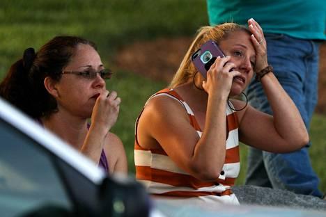 Opiskelijoiden läheiset ja ystävät odottivat Pohjois-Carolinan yliopiston lähistöllä tietoja välikohtauksen uhreista.
