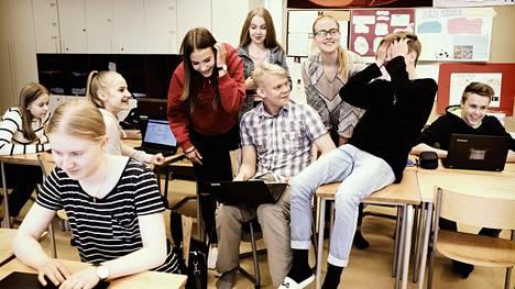 """""""Me halutaan itse tehdä kaikki hyvin, silleen kunnolla"""", sanoo Vilma Mielityinen. """"Kaikki opettajat aina sanoo, että te olette niin kilttejä."""" Hiiden kiven peruskoulun yhdeksäsluokkalaiset Venla Kiviranta, Sofia Vuorinen, Iida Aarela, Enni Alajoki, Venny Mäkelä, Leevi Matikainen, Vilma Mielityinen ja Joel Repo tunnilla."""