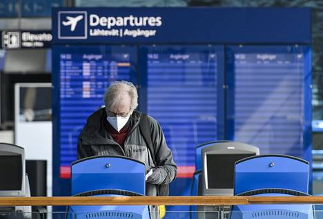 Suu- ja nenäsuojainta käyttävä matkustaja Helsinki-Vantaan lentokentällä Vantaalla 18. toukokuuta.