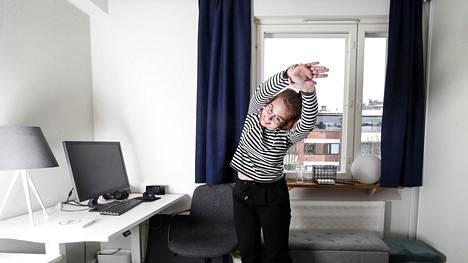 HS 20210323 Jyväskylän yliopistossa yhteiskuntapolitiikkaa opiskeleva Anniina Vähäkoski työskentelee etänä Yleiselle työttömyyskassalle eli YTK:lle. Hänen työsuhde-etuihinsa kuuluu taukojumppa Sami Kurosen ohjaamana, - On 8 tuntia tietokoneella työtä tekevälle taukojumppa tarpeen pari kertaa päivässä, hän puhisee.