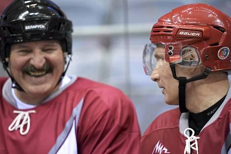Valko-Venäjän johtaja Aljaksandr Lukašenka (vas.) ja Venäjän presidentti Vladimir Putin tapasivat jääkiekon merkeissä Sotšissa tammikuun alussa.
