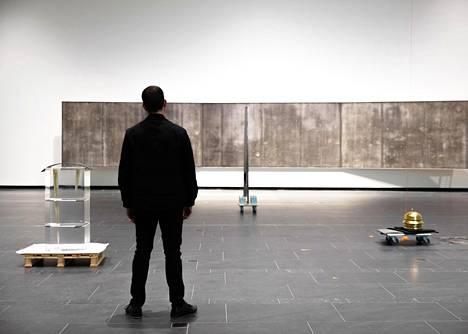 Matthew Day Jacksonin Reflections of the Sky (2010–2019) viittaa myös Claude Monet'n teoksiin. Kuva näyttelyn ripustusvaiheesta.