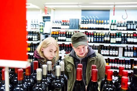 Lotta Poutiaista ja Joona Järvistä mietityttää, mitä seurauksia voi koitua joillekin ihmisille, jos lähikaupastakin saa vahvempia alkoholijuomia.