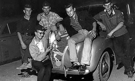 """""""Lättähattuja"""" Linnanmäen parkkipaikalla elokuussa 1959."""