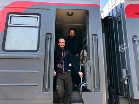 Ohjaaja Juho Kuosmanen (vas.) ja kuvaaja J-P Passi Venäjällä. Hytti nro 6 kuvataan suurimmaksi osaksi oikeassa junassa.